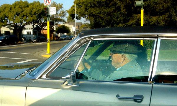 100-летний водитель получил подарок за 80 лет стажа без единого ДТП