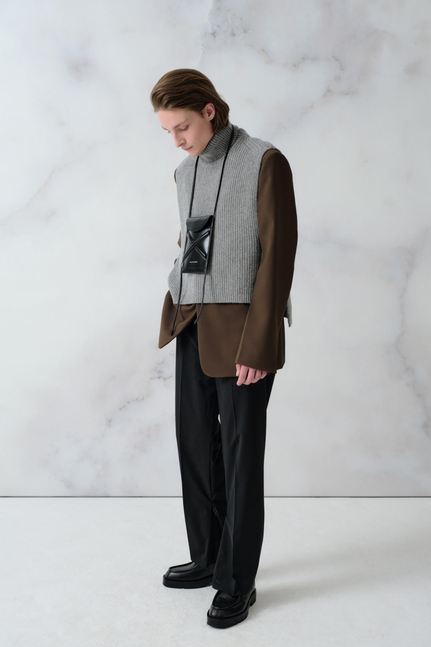 Манишка Dries Van Noten (23450 руб.), пиджак Maison Margiela (160500 руб.), брюки Off-White (89950 руб.), сумка Curve Bucket micro, Alexander McQueen (39350 руб.), ботинки Givenchy (77800 руб.)