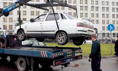 Оставленные на газонах автомобили будут эвакуировать