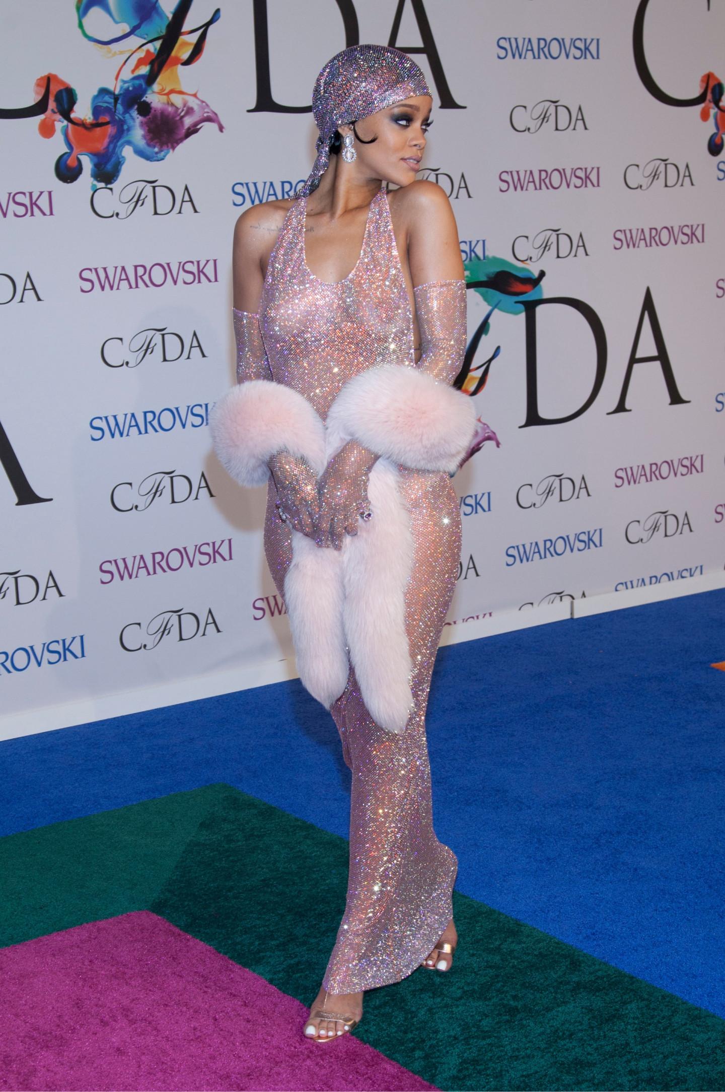 Рианна в платье Adam Selman на церемонии CFDA Fashion Awards, 2014