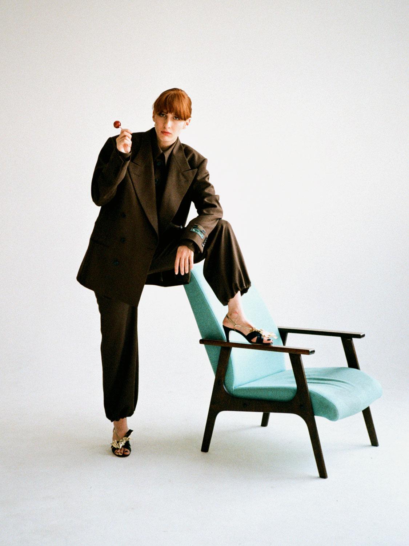 Мужской костюм и рубашка, босоножки — все Gucci