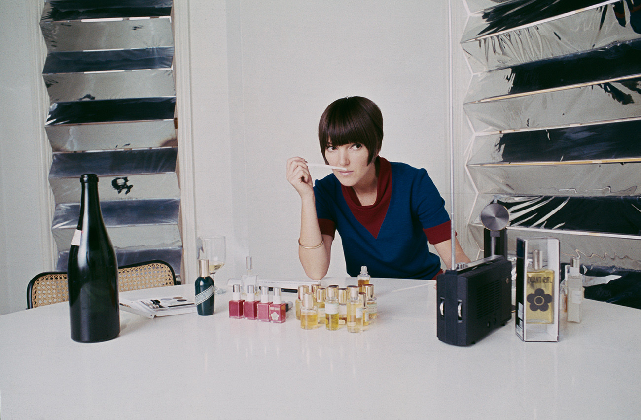 Мэри Куант во время тестирования парфюмерных образцов в своей лондонской студии, 1967