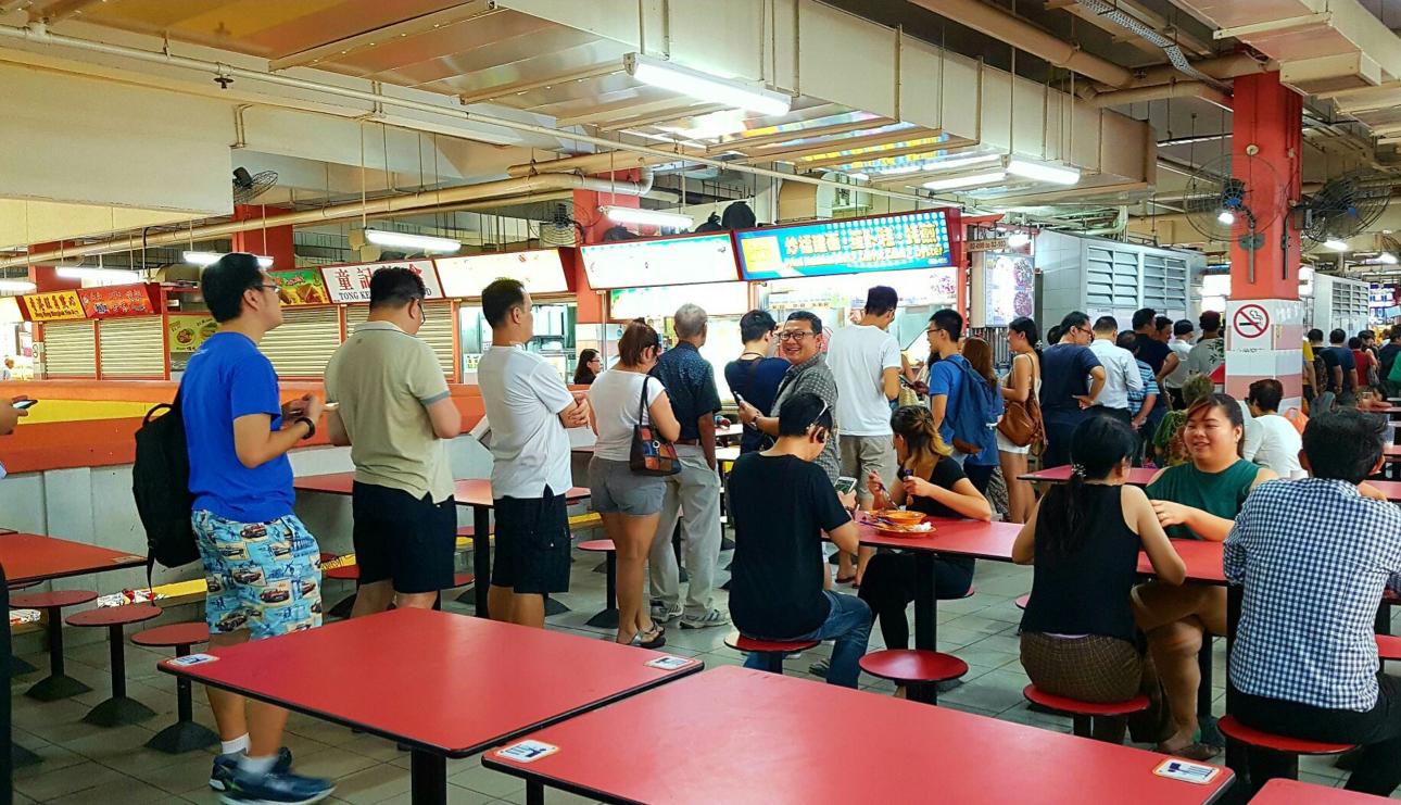 Очередь в стрит-фуд-киоск Hong Kong Soya Sauce Chicken Rice & Noodle