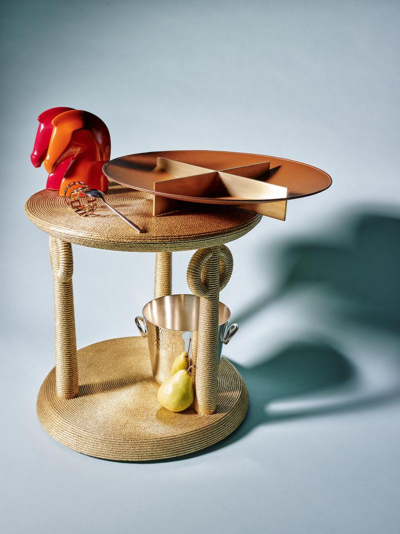 Столик Bie, Baker Пресс-папье Samarcande, блюдо Equilibre, Hermès Ложка Palladio, Wilkens Кольца для салфеток Chain, Fink Ведро для шампанского Vertigo, Christofle
