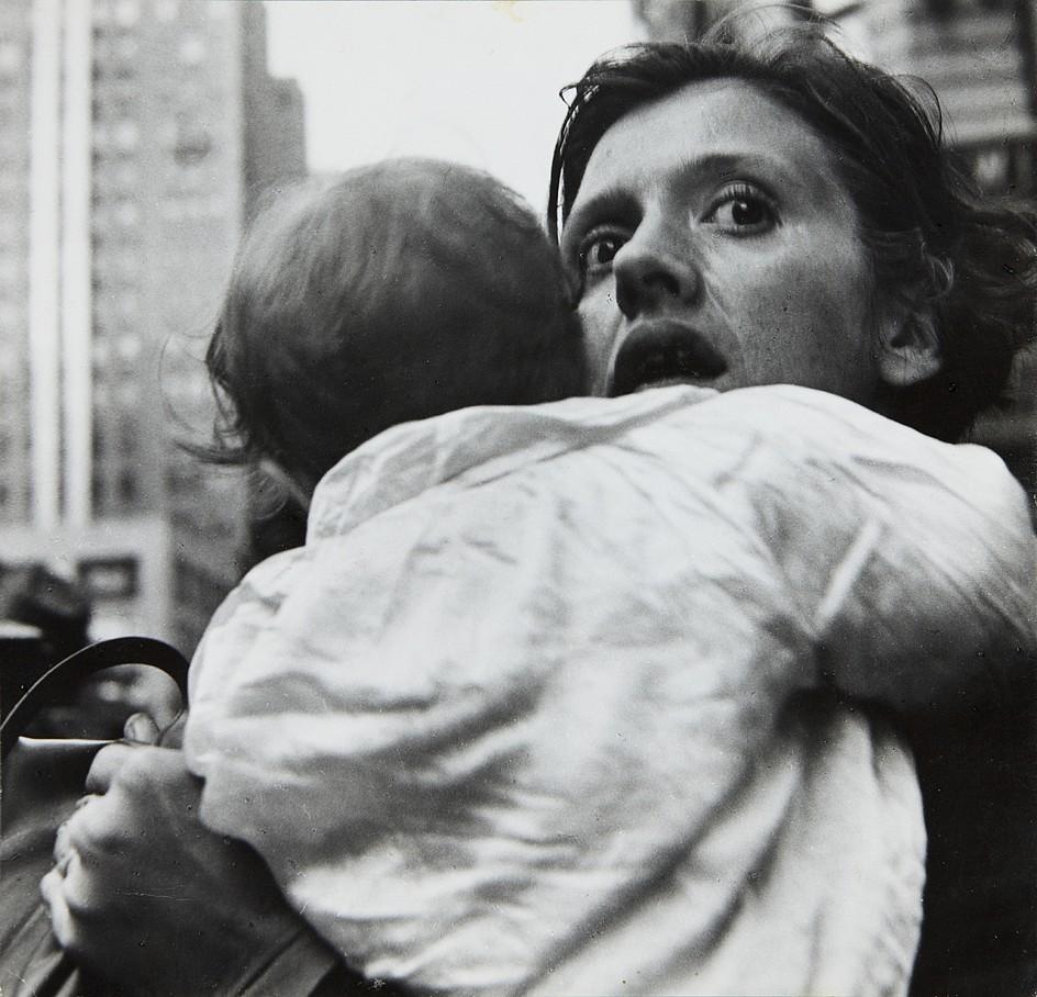 Leon Levinstein. «Mother & Child». Harold Square, c. 1955