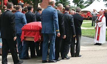 В Германии автофургон въехал в похоронную процессию
