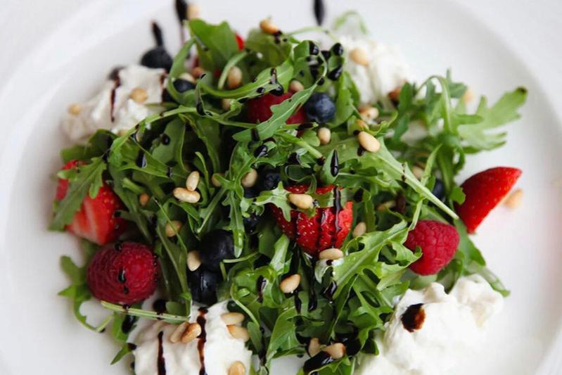 Страчателла со свежими ягодами