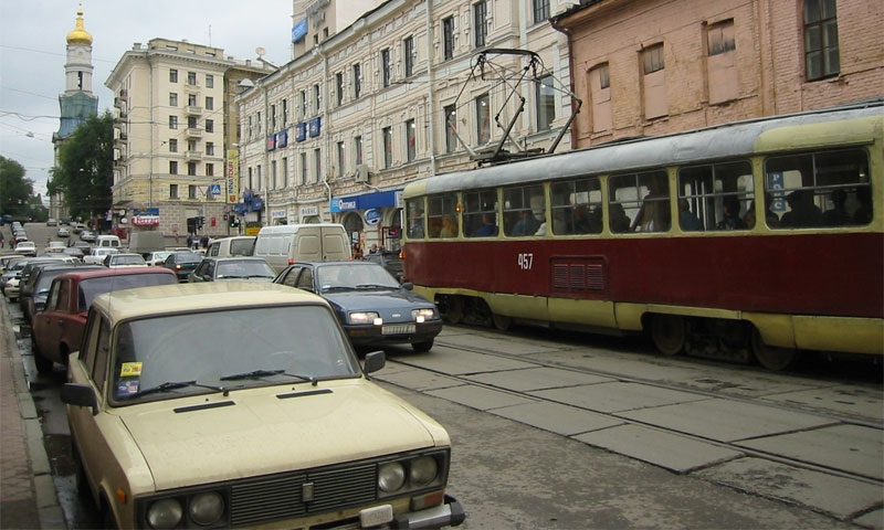 В Саратове рабочие заасфальтировали трамвайные рельсы
