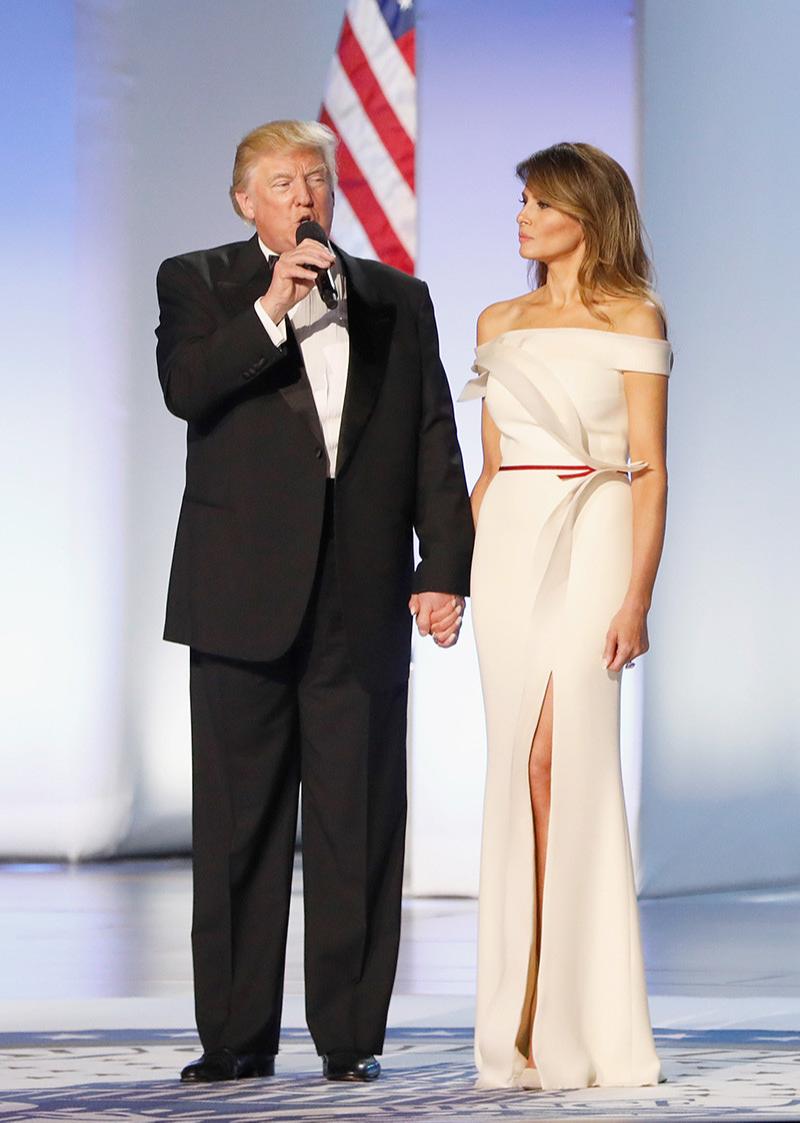 Дональд Трамп в костюме Brioni и Мелания Трамп в платье Herve Pierre, инаугурационный бал, 2017 год