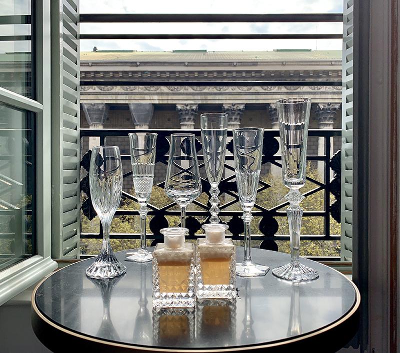 Вид из номера отеля на церковь Мадлен. На журнальном столике: сет из бокалов Cocktail party, Baccarat, фирменный коктейль Fauchon