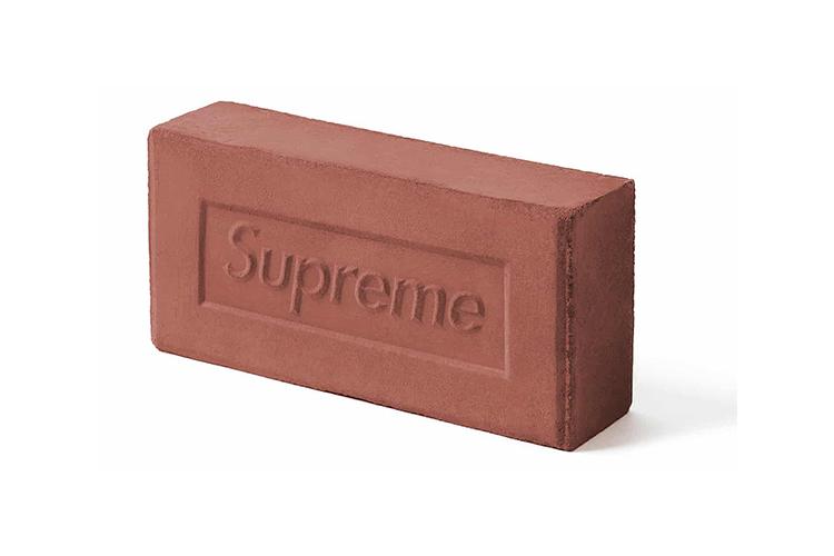 Кирпичс логотипом Supreme