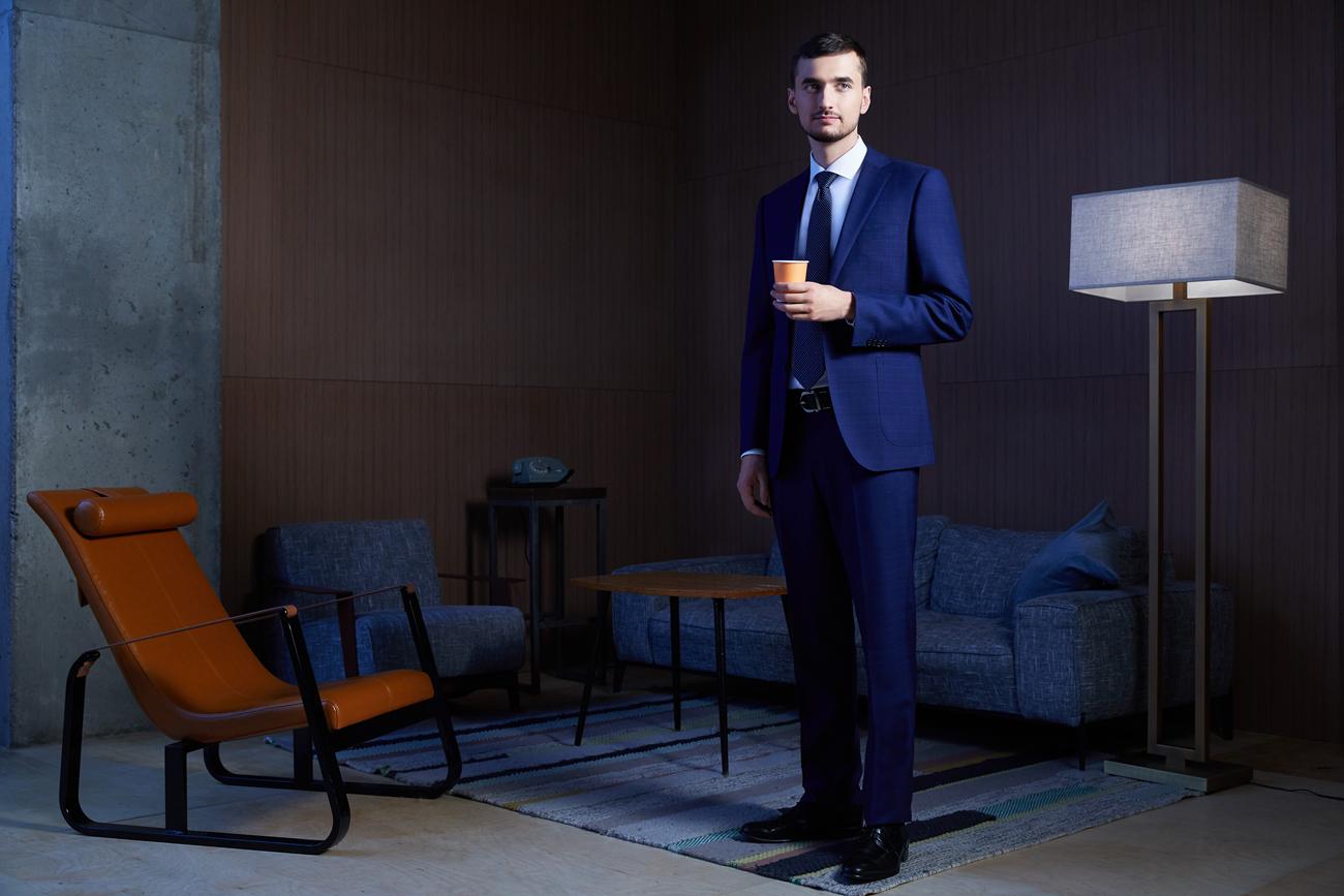 На Артеме: синийпиджак, синие брюки, белая рубашка, синий галстук, ремень, обувь — всё Henderson.