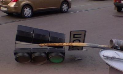 В Томске в результате ДТП светофор упал на пешеходов, 2 человека ранены