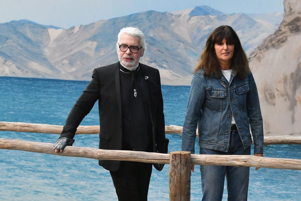 КарлЛагерфельд иВиржини Виар на показе в парижском Гран-Пале, октябрь 2018 года