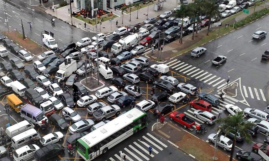Выезд на забитый перекресток будет стоить прав