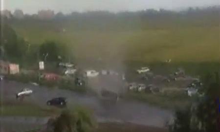 Смерч в Петербурге поднял в воздух автомобиль