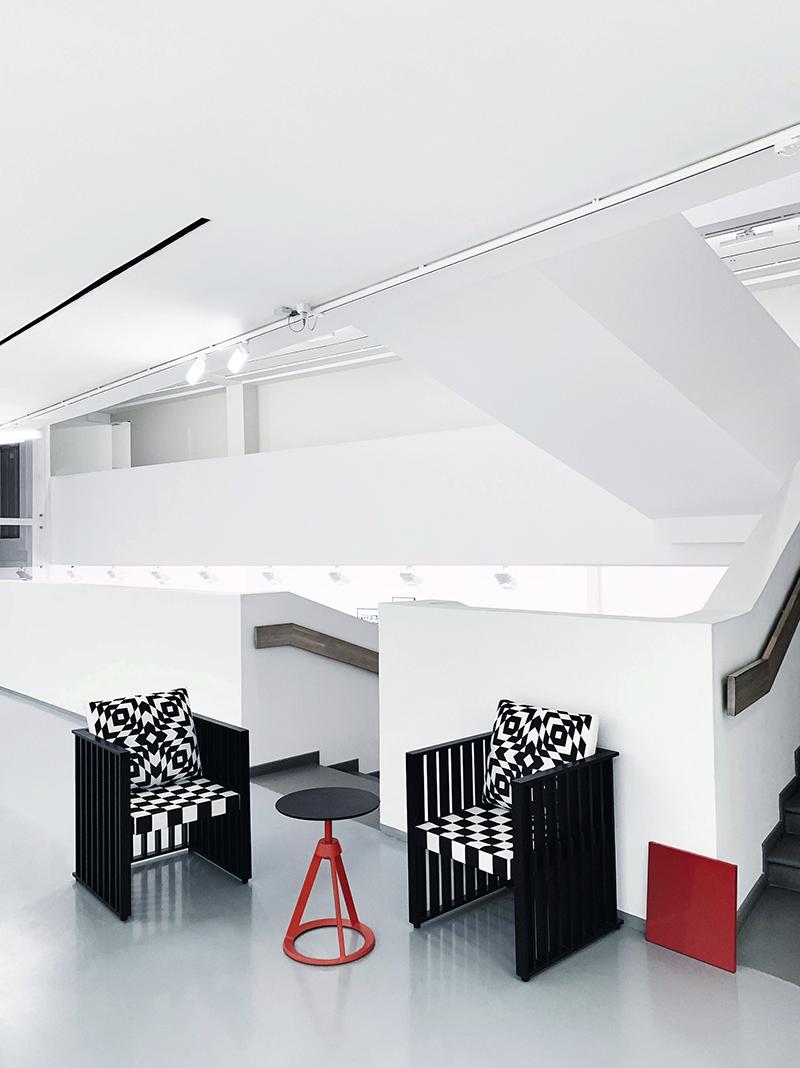 Кресла Purkersdorf, дизайн Йозефа Хоффмана, Wittmann (салон «Интерьеры Экстра Класса»); кофейный столик Piton, дизайн Эдварда Барбера и Джея Осгерби, Knoll (компания Concept)
