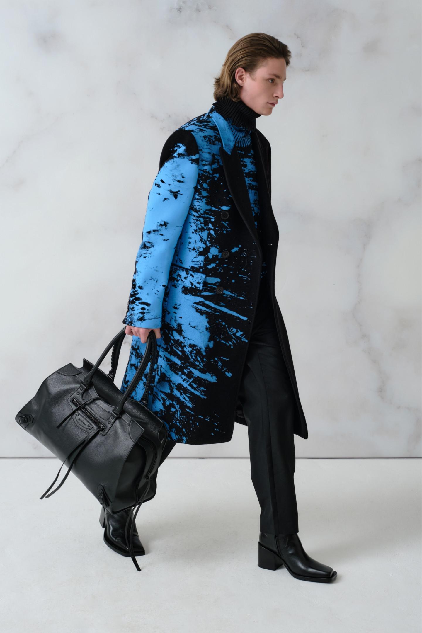 Пальто (312 500 руб.), свитер (113 000 руб.)— все Vetements, брюки Acne Studios (26800 руб.), дорожная сумка Neo Classic (181 500 руб.), сапоги Cut (86 950 руб.)— все Balenciaga