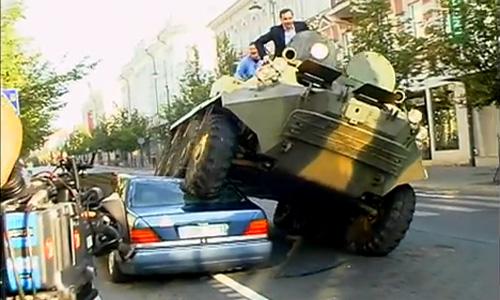 Мэр Вильнюса переехал на БТР неправильно припаркованное авто
