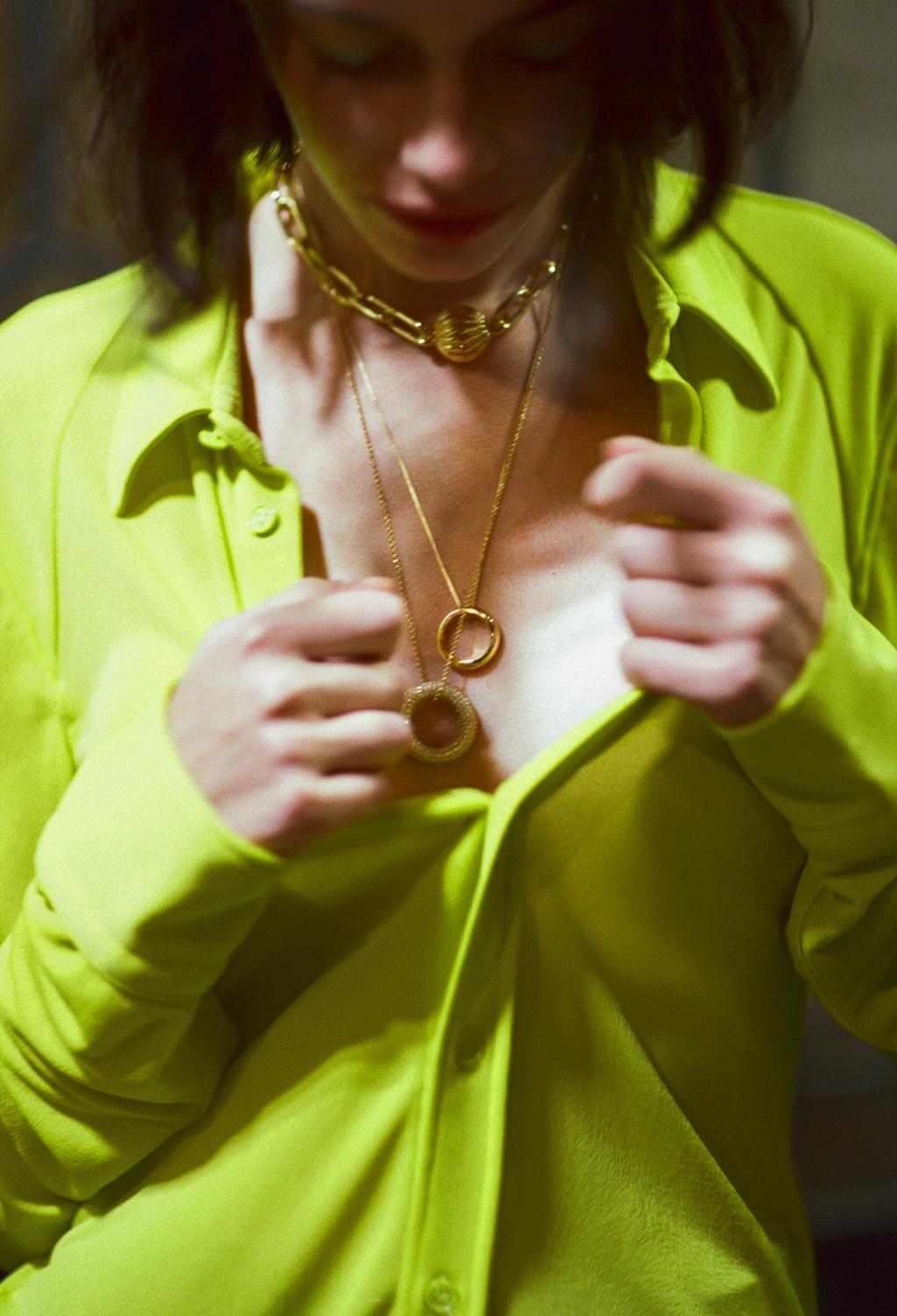 Рубашка, колье— все Bottega Veneta; цепочкаChloé; колье Lanvin; кольцо Jil Sander