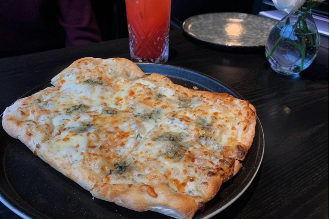 Тесто у пиццы не хрустит и напоминает хорошо пропеченный хлеб