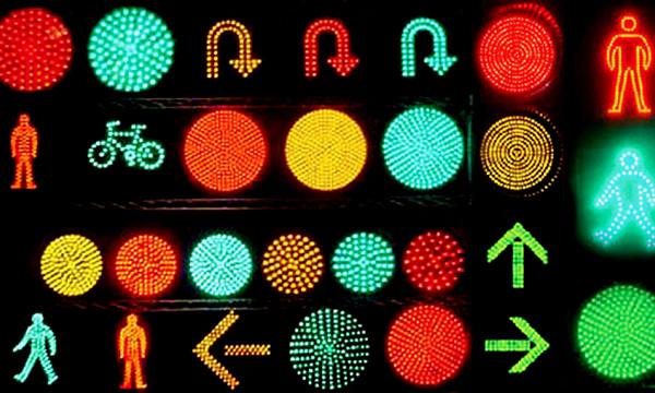 Пешеходные переходы оборудуют наземными светофорами