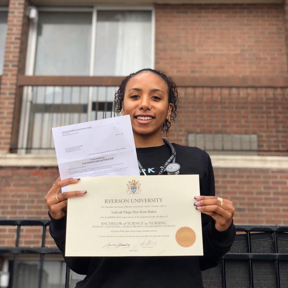 Выпускница с дипломом УниверситетаРайерсона