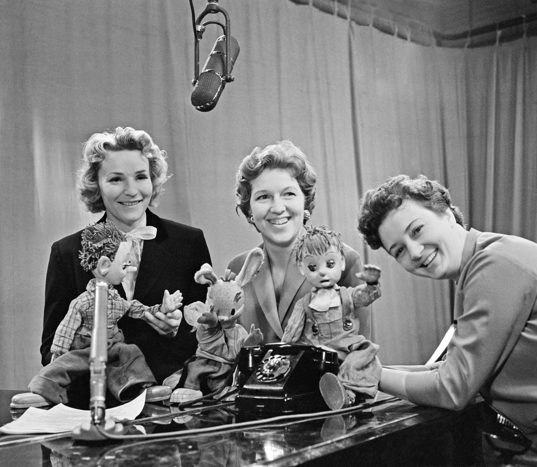 Дикторы Центрального телевидения СССР Анна Шилова, Валентина Леонтьева и Нина Кондратова (слева направо) во время съемки первых выпусков детской телепередачи «Спокойной ночи, малыши!»
