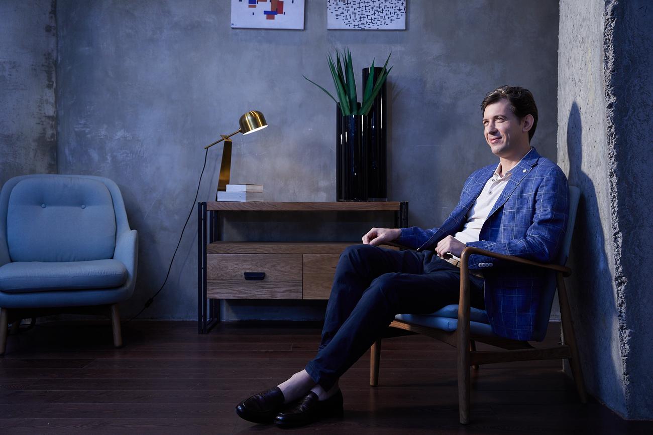 На Дмитрии: синий пиджак, белый трикотаж, синие брюки, ремень, обувь — всё Henderson.