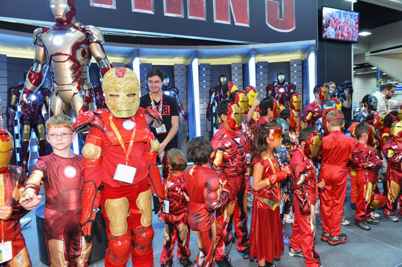 Фанаты на стенде Marvel Studios во время Comic-Con International 2012