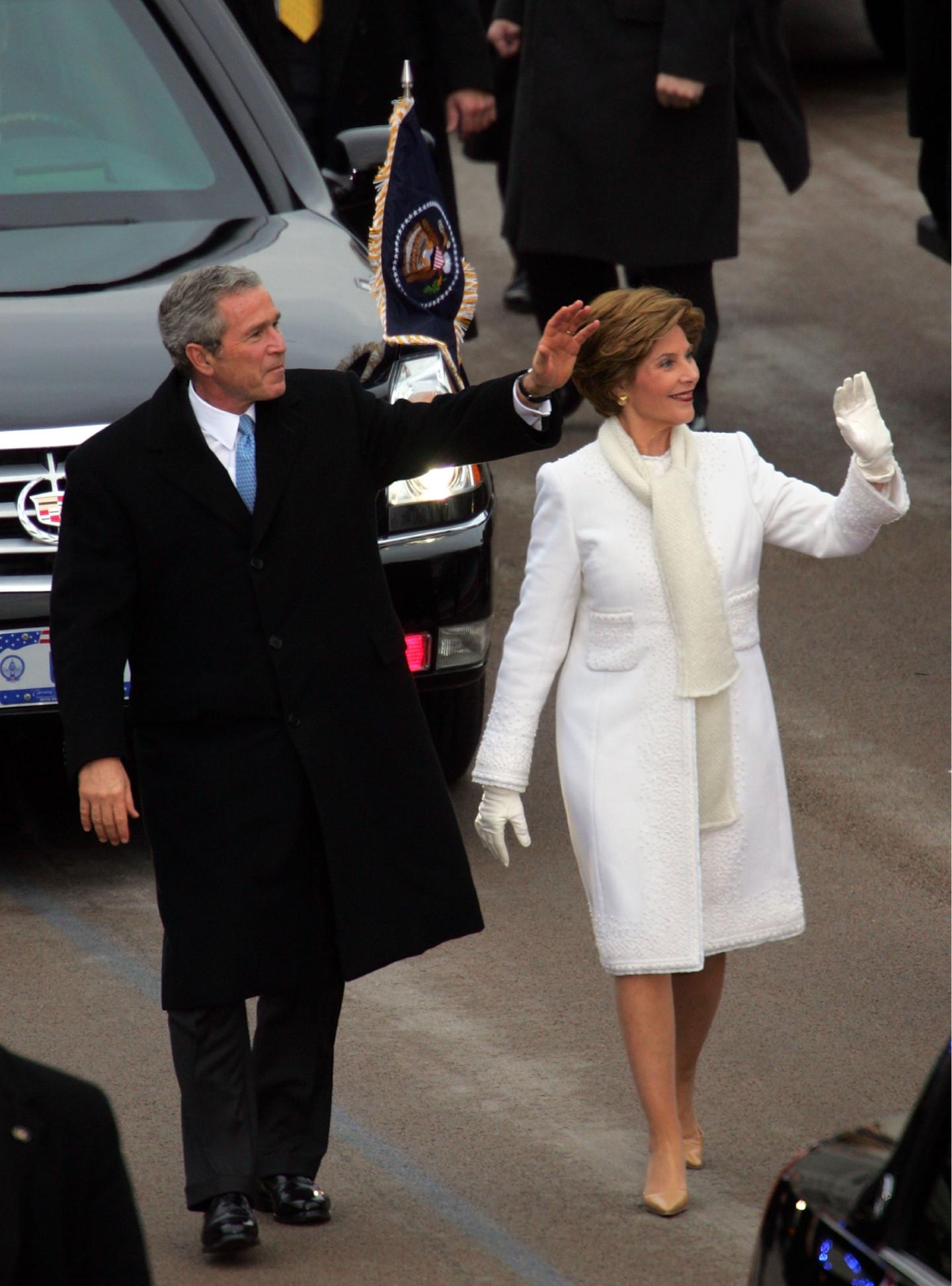 Джордж Буш и Лора Буш в пальто Oscar de la Renta, инаугурационный парад, 2005 год
