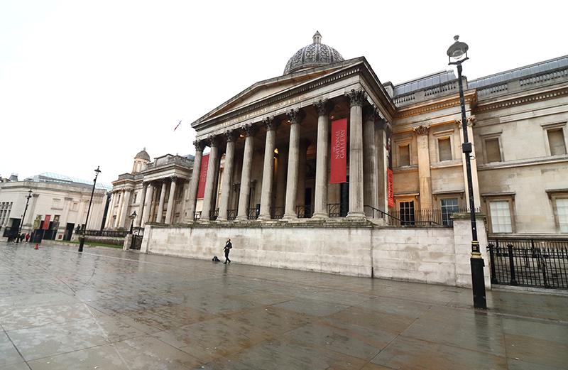 На Трафальгарской площадиперед Лондонской национальной галереей нет туристов