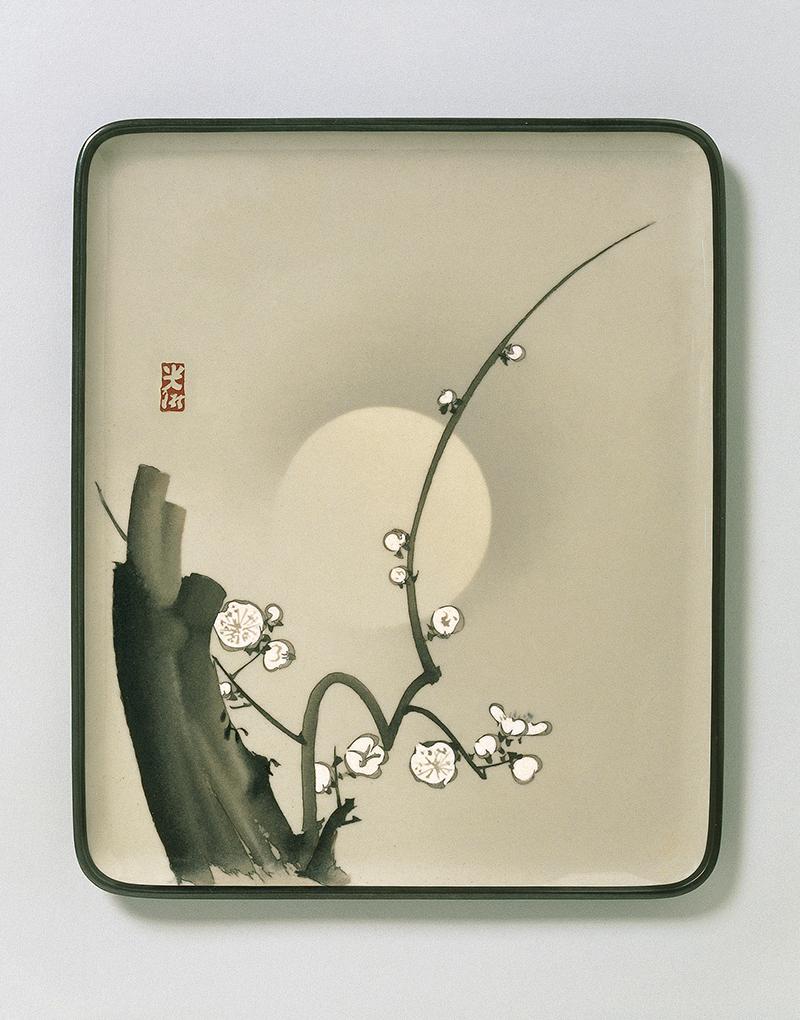 Поднос. Япония, около 1900 Изготовлен в мастерской Намикавы Сосукэ по рисунку Огаты Корина (1658-1716). Эмалирование в технике мориаге и клуазоне; оправа из сплава сякудо