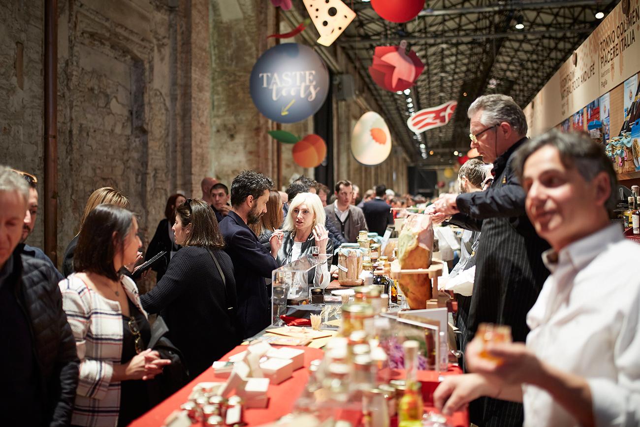 Гигантская по своим масштабам выставка Pitti Taste без проблем ежегодно заполняется толпами профессионалов и поклонников качественных продуктов, умудряющихся одновременно нюхать, жевать, слушать, говорить и, конечно, смеяться. И это понятно — итальянская, как, впрочем, и любая другая действительно хорошая еда невозможна без душевного общения