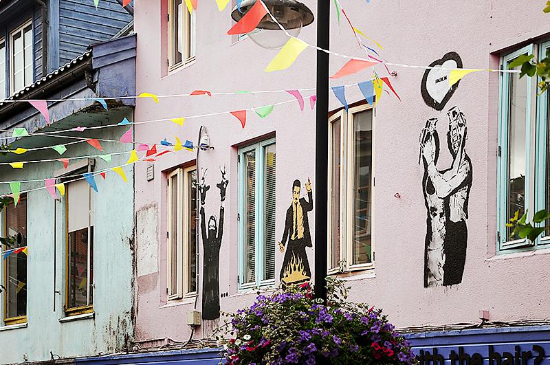 Целая подборка норвежских стрит-художников на фасаде парикмахерского салона: Dot Dot Dot, Dolk и Mir*