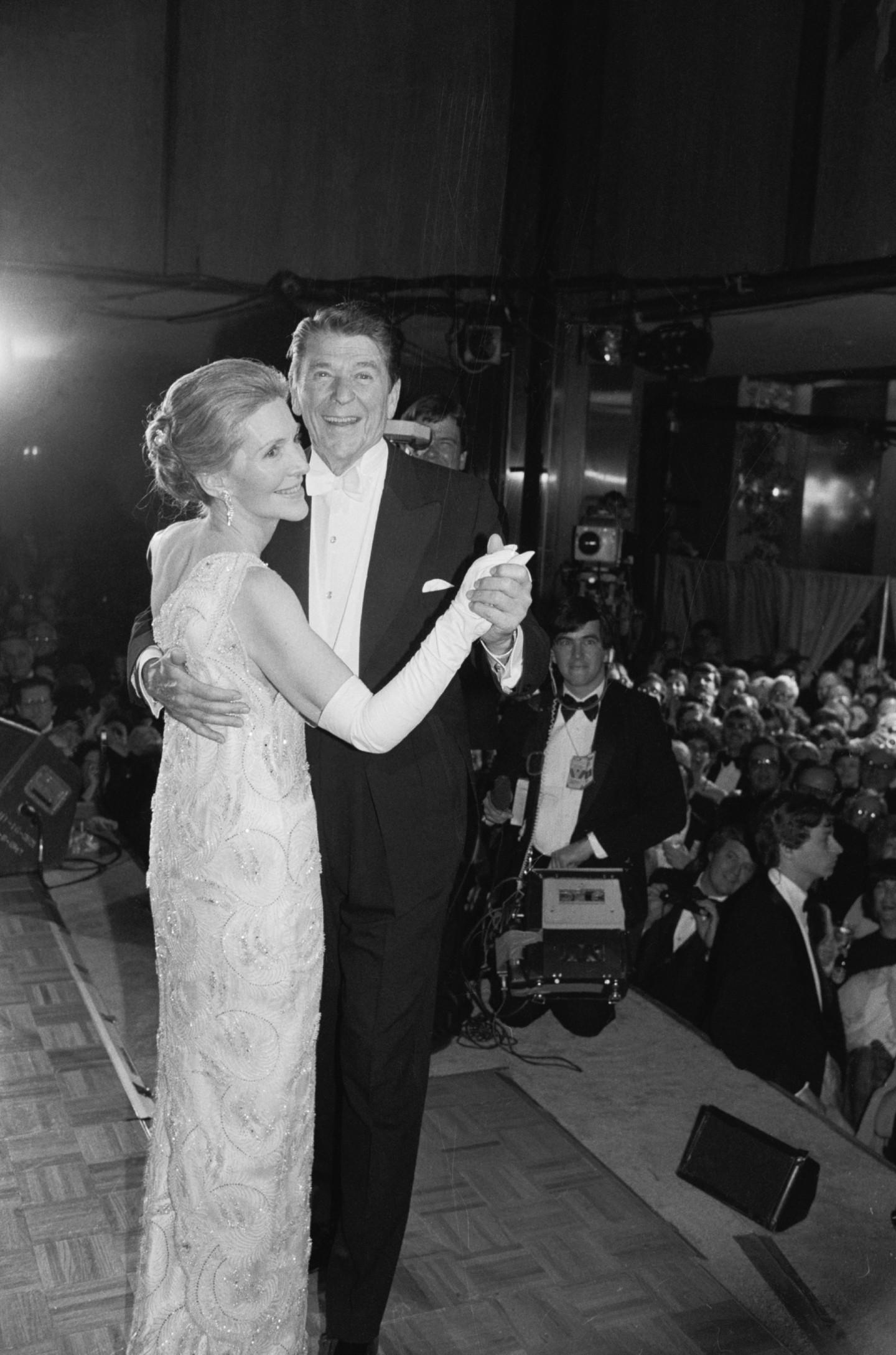 Рональд Рейган и Нэнси Рейган в платье James Galanos, инаугурационный бал, 1981 год