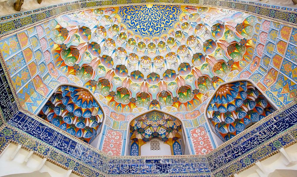 Детали архитектуры медресе Абдулазиз-хана в историческом центре города Бухара, Узбекистан