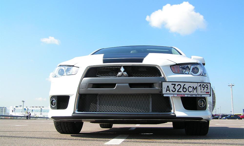 Mitsubishi Evo X учит жизни настоящих мужчин