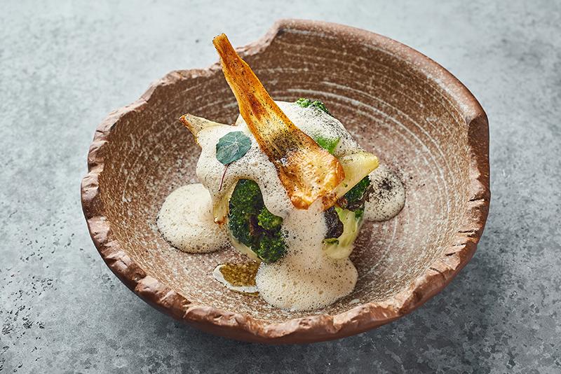 Жареные соцветия брокколи с пастернаком и пеной из соленого арахиса