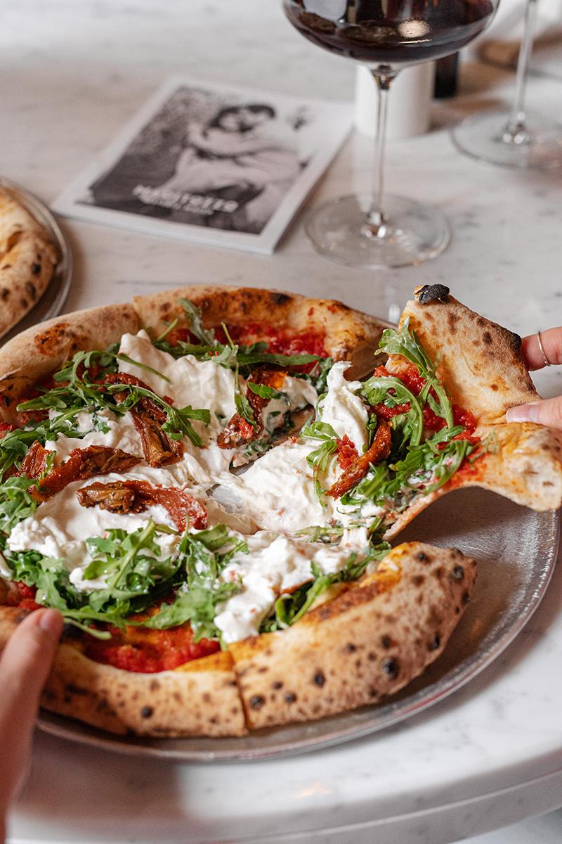 Пицца сбурратой, вялеными томатами ируколой