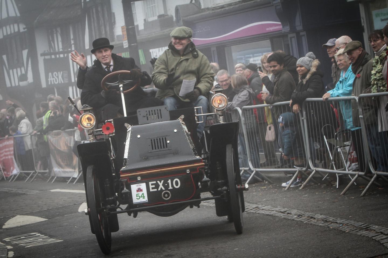 Участники Bonhams London to Brighton Veteran Car Run на старте гонки в Лондоне, 2016