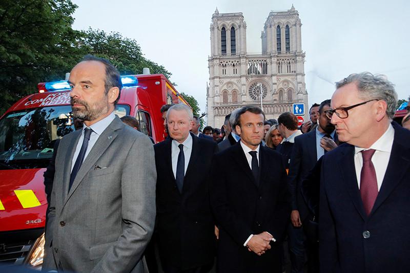 Президент Франции Эмманюэль Макрон (в центре), премьер-министр Франции Эдуар Филипп (слева), министр культуры Фанции Франк Ристер у горящего собора Парижской Богоматери