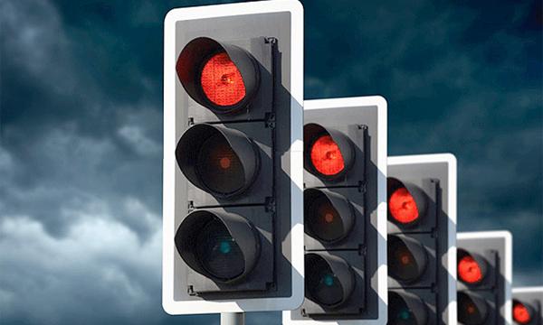 За повторный проезд на красный свет предложили лишать прав