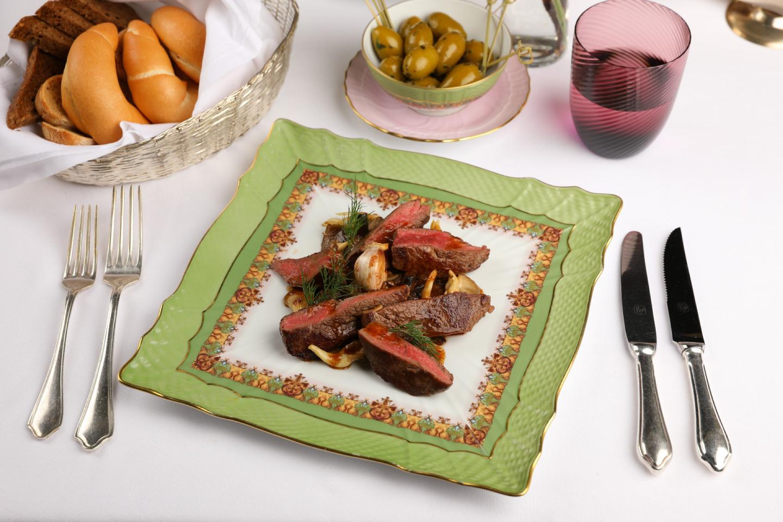 Тальята из мраморной говядины с жареными опятами и хрустящим картофелем