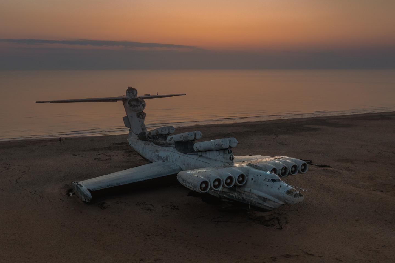 Экраноплан «Лунь» на берегу Каспийского моря
