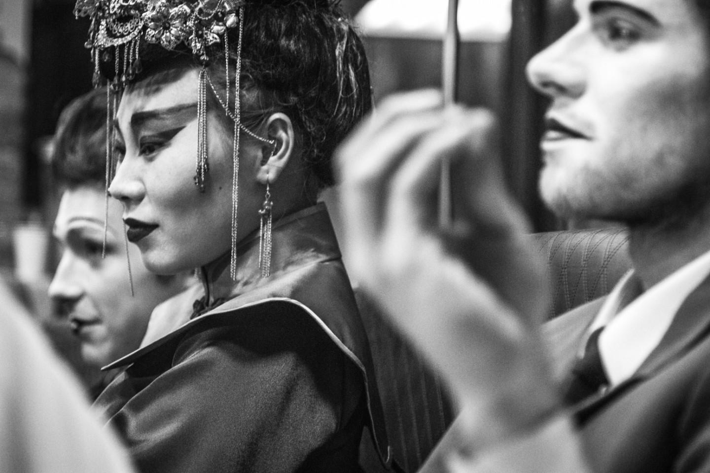 Филипп Авдеев и Ян Гэ перед выходом на сцену в спектакле Максима Диденко «Хармс. Мыр»