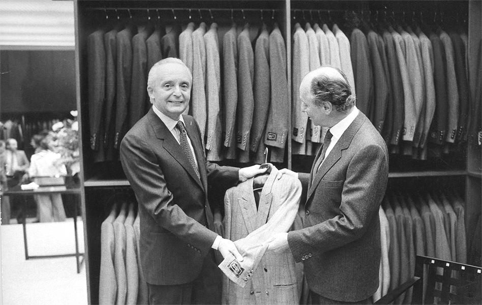 Анджело (слева) и Альдо Зенья на открытии первого бутика марки в Париже, 1980 год