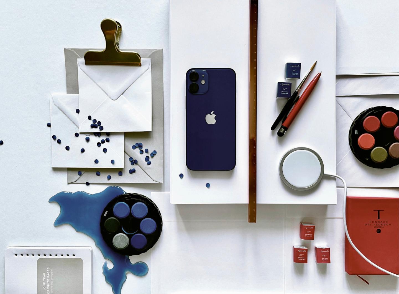 iPhone 12 mini, зарядное устройство MagSafe, зажим для бумаг и линейка, Hay (designboom.ru)