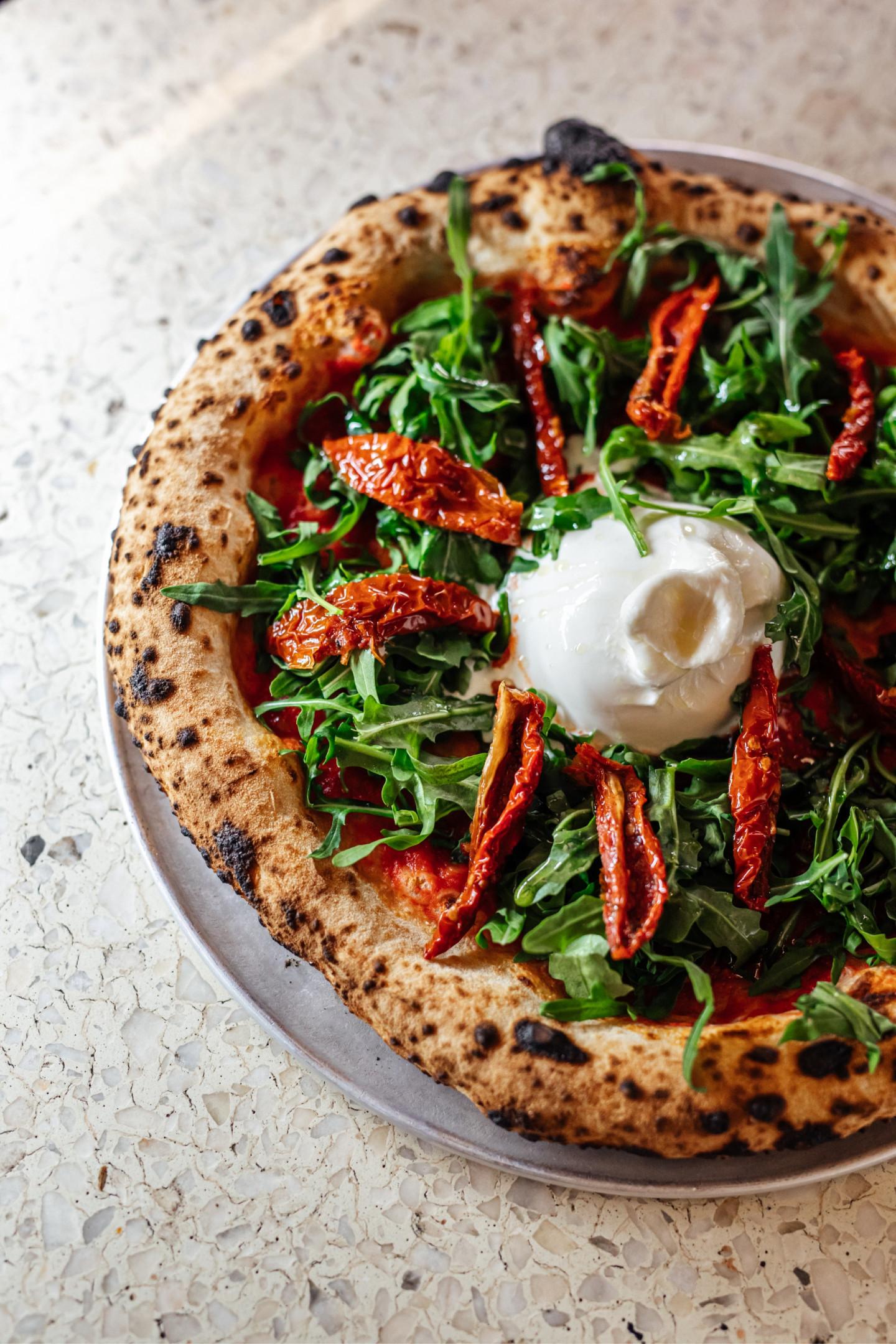 Пицца с бурратой и вялеными помидорами