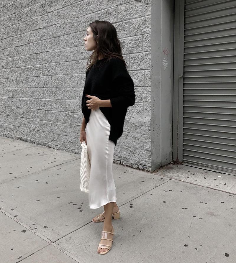 Сочетание платья-комбинации с джемпером